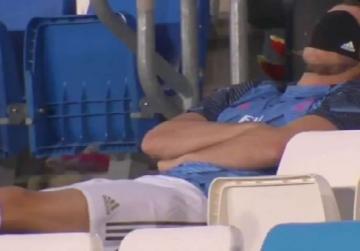 7 Gaya Gareth Bale di Bangku Cadangan Madrid, Paling Baru dan Konyol Tidur